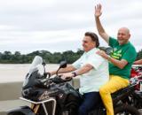 Bolsonaro dá mau exemplo ao pilotar moto sem capacete. (Arquivo Blasting News)
