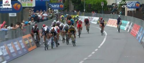 Lo sprint di Novara vinto da Tim Merlier.