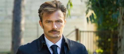 Simon Grechi è Pietro Abbate in Un posto al sole, un personaggio che cova un profondo odio verso Ferri.
