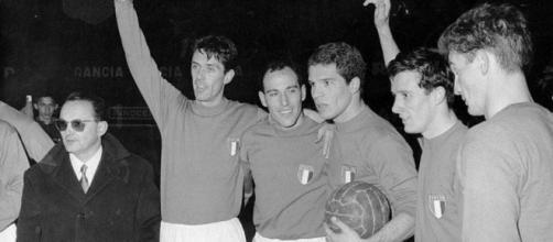 Il Ct Fabbri, Cesare Maldini, Pascutti, Orlando, Fogli e Sormani al termine di Italia-Turchia 6-0 del 1962.