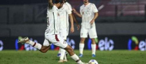 L'ancien joueur du PSG, Nenê, a inscrit un but magnifique contre Bragantino (Credit: Lucas Merçon/Fluminense F.C et SporTV Brasil)
