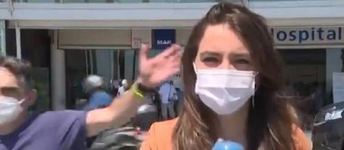 La periodista con el espontáneo de fondo (@telecincoes)