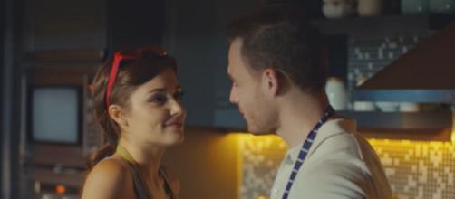 Love is in the Air: Eda e Serkan si fingono innamorati.