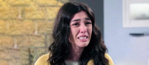 Un posto al sole, Rossella (Giorgia Gianetiempo) in lacrime.