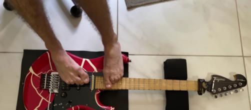 Guns N'Roses: la celebre canzone viene suonata con i piedi da un musicista senza braccia