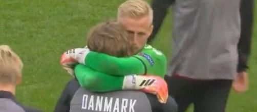 Kasper Schmeichel tentant de consoler ses partenaires. (images captures beIN SPORTS)