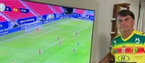 Bolsonaro compartilha foto assistindo a Copa América (Reprodução/Redes sociais)