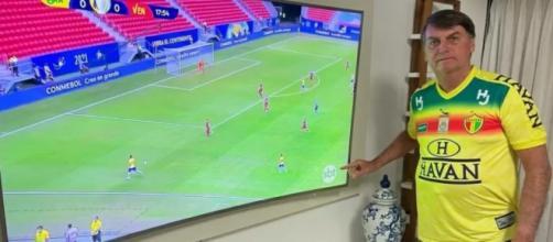 Bolsonaro publica foto vendo jogo da Copa América e aponta para logo do SBT (Reprodução/Redes sociais)