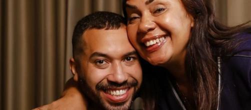 Ex-BBB Gilberto Nogueira ao lado da mãe, Jacira Santana (Reprodução/Instagram/@gildovigor)