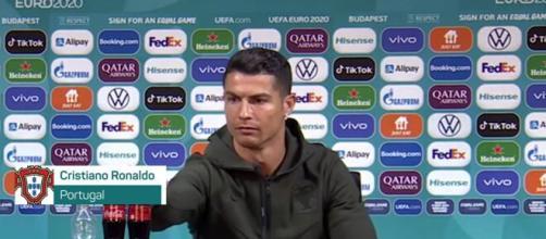 En conférence de presse, Cristiano Ronaldo n'a pas aimé voir les bouteilles Coca-Cola (Credit : Euro 2020 et capture Youtube)