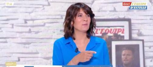 Estelle Denis en fou rire en voyant le style de Raymond Domenech. (photo capture d'écran video)