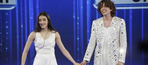 Sangiovanni e Giulia a Fregene: la coppia potrebbe avere girato il videoclip di Malibu.