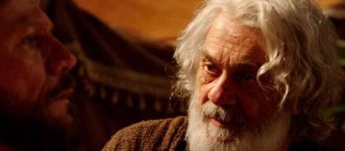 Abraão pede que filhos não esqueçam sua fé em 'Gênesis' (Reprodução/Record TV)