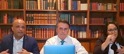 Bolsonaro critica máscara em live (Reprodução/Redes sociais)