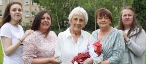 Una mujer de 86 años y su familia cuentan con 6 generaciones viviendo de forma simultanea (@STVNews / Twitter)