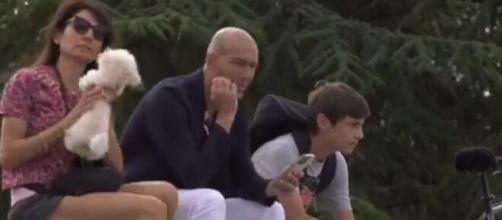 Zinédine Zidane à Rodez pour soutenir son fils Enzo (Credit : @viaOccitanieTV - capture)