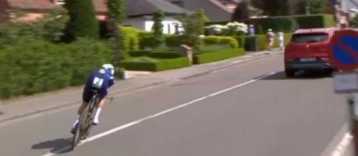 Un'auto davanti ad Evenepoel durante i Campionati nazionali a cronometro