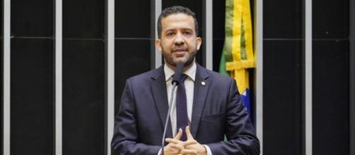 Deputado André Janones ainda chamou o governo Bolsonaro de 'assassino' (Pablo Valadares/Câmara dos Deputados)