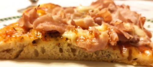 Pizza fatta in casa: soffice, croccante e leggera.
