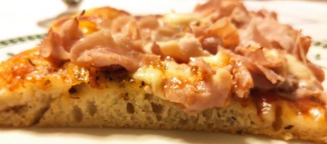 Pizza fatta in casa: una ricetta soffice, croccante e leggera