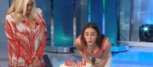 Giulia Stabile festeggia il compleanno a Domenica In: le arriva anche un videomessaggio di Sangiovanni.