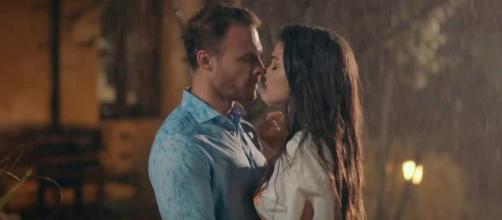 Love is in the air, trama turca: Ayfer sa che Eda e Serkan hanno dormito insieme.