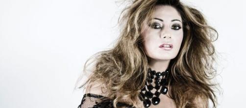 L'artista napoletana Emiliana Cantone lancia il nuovo singolo dell'estate 2021.