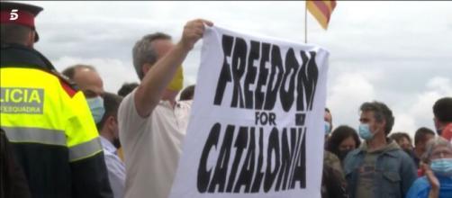 Manifestando sosteniendo la pancarta 'Freedom for Cataluña'. (Fuente: Telecinco)