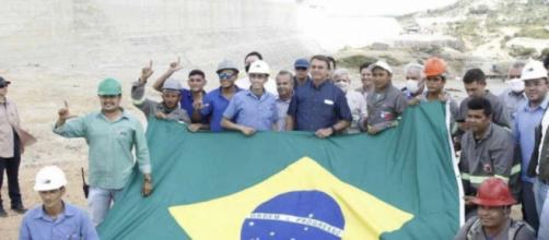 Operários fazem sinal do L, associado ao ex-presidente Lula, em foto com Jair Bolsonaro (Reprodução/Redes sociais)