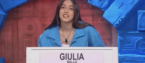 Amici, Giulia Stabile smentisce frasi della mamma: 'Sempre con Sangiovanni, non la vedo più'.