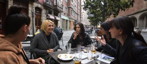 Imagen de un grupo de amigas tomando algo en una terraza de un bar (Fuente: Flickr.com)