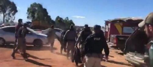 Policiais transportam corpo de Lázaro (Reprodução/Twitter)