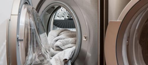 Programar la lavadora en la madrugada es una buena forma de evitar las horas de tarifa de luz más caras (Unsplash)
