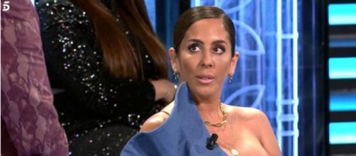 Anabel Pantoja se emociona escuchando las palabras de su chico Omar en Supervivientes. (Telecinco)