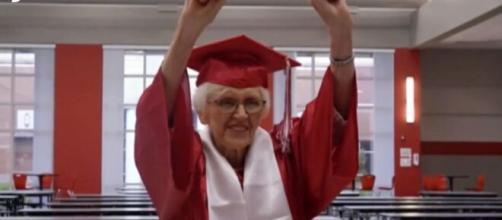 La abuela de 94 años se graduó tras dejar sus estudios a los 16 años (Fuente: captura de pantalla de Telecinco)