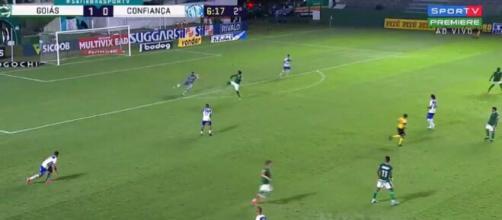 Lors de la rencontre Goiás contre Confiança en Serie B brésilienne, Bruno Mezenga a inscrit un drôle de but (Credit : SporTV Brasil)