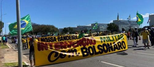 Apoiadores de Bolsonaro manifestaram-se em abril de 2020 pedindo a volta do AI-5 (Reprodução/TV Globo)