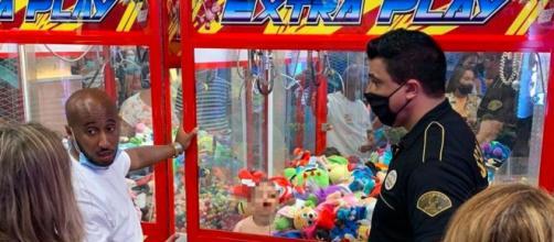 El niño fue rescatado por empleados del parque de diversiones, un episodio que se ha hecho viral (Twitter, @itroaitor1)