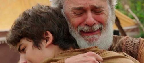 Ismael e Abraão choram abraçados em 'Gênesis'. (Reprodução/RecordTV)