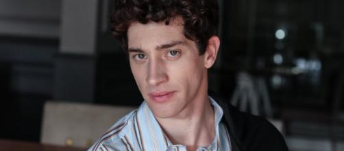 In foto l'attore Moisè Curia, Il Paradiso delle Signore 6.