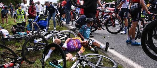 Tour de France, polemica per le cadute: il team manager della Groupama invoca cambiamenti per non 'avere morti'.