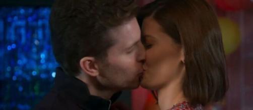 Alan beija Kyra em 'Salve-se Quem Puder' (Reprodução/TV Globo)
