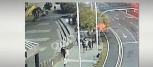 Las imágenes de las cámaras muestran como a Samuel lo persiguieron los detenidos (@catalunyaradio)