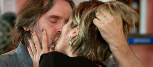 Mário e Helena se beijam em 'Salve-se Quem Puder' (Reprodução/TV Globo)