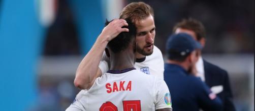 Saka es consolado por Harry Kane. Los jugadores que erraron los penaltis fueron víctima de insultos raciales en redes sociales. (@England)