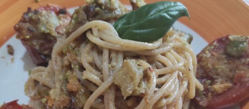 spaghetti con melanzane alla crema di pistacchio e pomodoro al forno