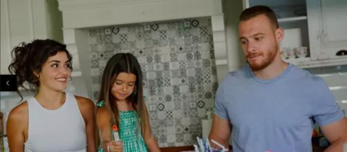 Sen Çal Kapımı, spoiler 2ª stagione: Eda e Serkan vivono insieme come una 'vera famiglia'.
