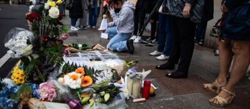Flores y recuerdos a Samuel Luiz, en imagen. (RRSS)
