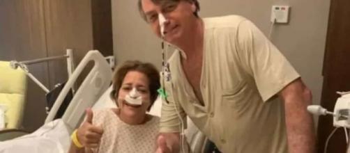 Sem máscara, Bolsonaro tira foto com paciente no hospital (Reprodução/Instagram/@michellebolsonaro)