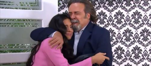 Alessandro descobre que Maricruz é sua filha (Reprodução/Televisa)